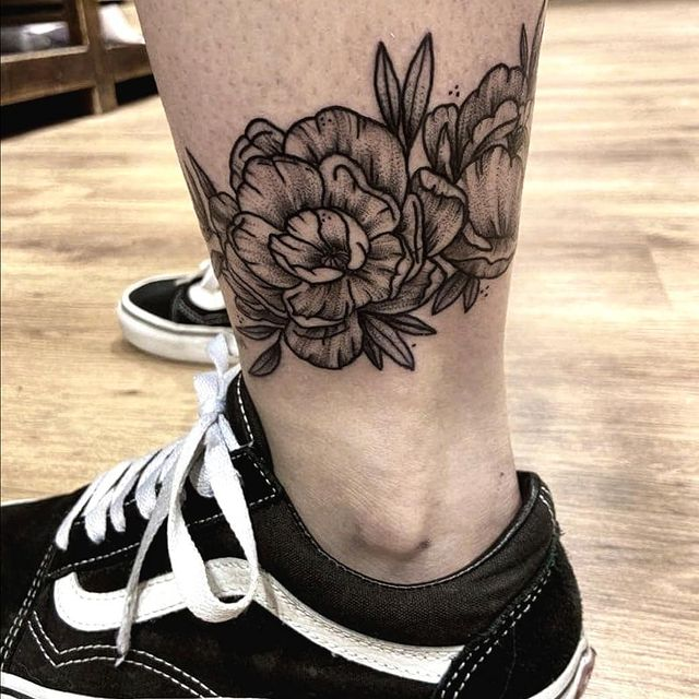 Photo by Tessa Vrancken on May 21, 2021. May be an image of one or more people, tattoo and indoor.